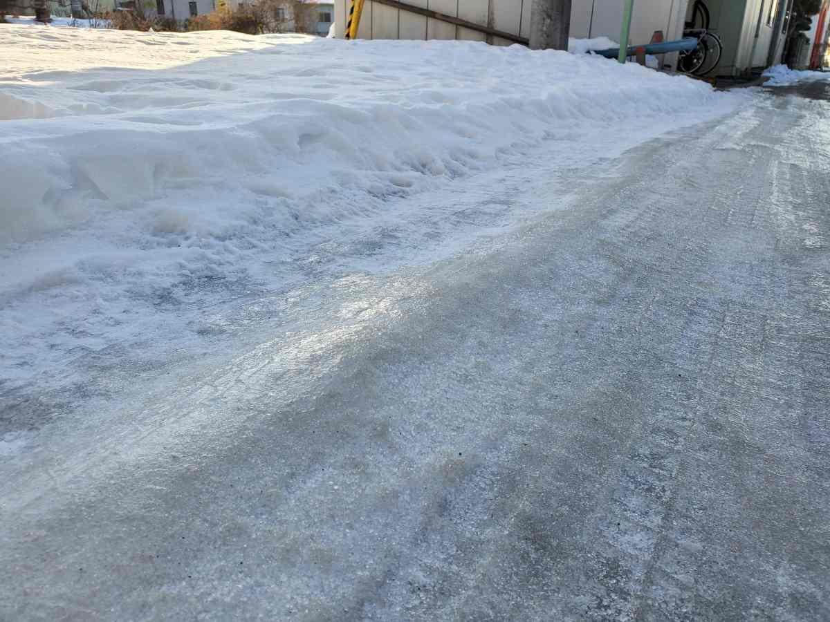 雪が溶けて道が凍っている